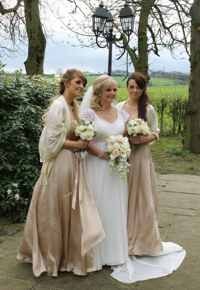 wedding flowers, vintage, creams, peach, bouquets, wedding flowers leeds, wedding florists leeds, wedding florist, tong