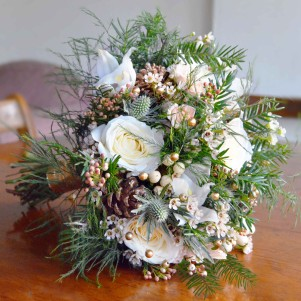 christmas-wedding-flowers-gold-beading-cream-roses-rustic