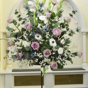 pedestal dusky pink roses gyp thistle flowers
